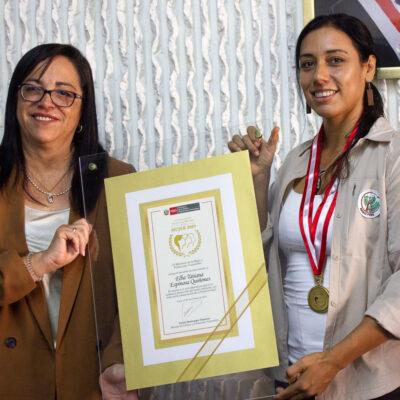 Tatiana Espinoza premiada por el Ministerio de la Mujer
